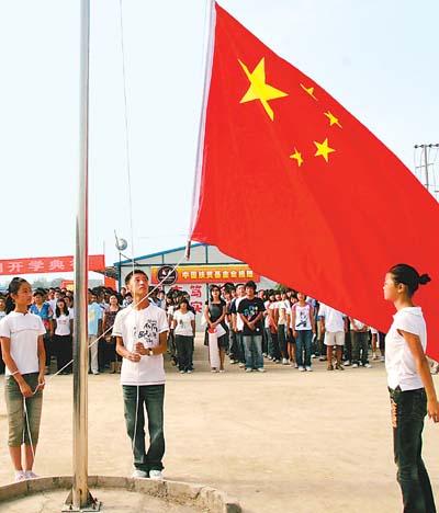灾区学校举行升旗仪式【图】图片