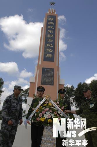 参演官兵到洮南烈士陵园凭吊