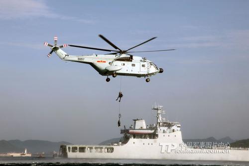 中国海军陆战队首次进行直升机投放武装蛙人训练图片