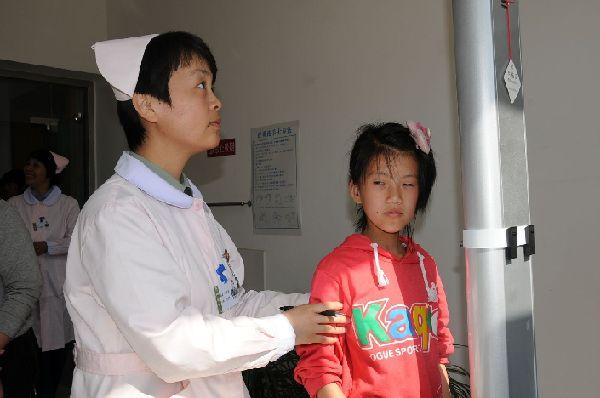 沈阳军区兴城疗养院为残障儿童义务体检