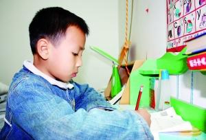 月18日,一位小学生在家做家庭作业,该学生家长要求他必须认真写